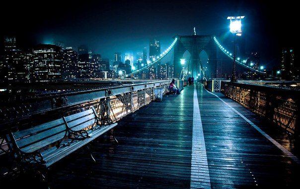 Бруклинский мост — один из старейших висячих мостов в США, его длина составляет 1825 метров, он пересекает пролив Ист-Ривер и соединяет Бруклин и Манхэттен в городе Нью-Йорк.
