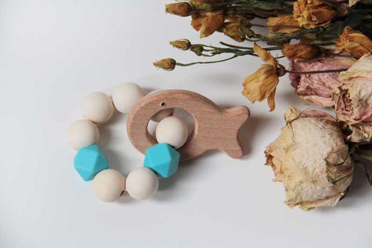 Dětské dřevěné chrastítko - kousátko / chrastítko se silikonovými korálky. Wooden teether for baby