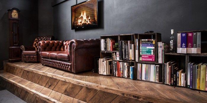 Een #ambachtelijke #kantoorinrichting met veel #hout en warme #materialen.