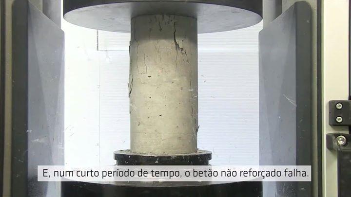 Reforço de pilares com fibra de carbono. Confira esse vídeo no qual são submetidos a ruptura por compressão dois corpos de prova da mesma amostra de concreto, com um deles encamisado com fibra de carbono e outro não. Os resultados mostraram que o produto testado mais do que dobrou a resistência do concreto. (33 x 69 MPa). Vale ressaltar, entretanto, que ao se aumentar o diâmetro da amostra de co...