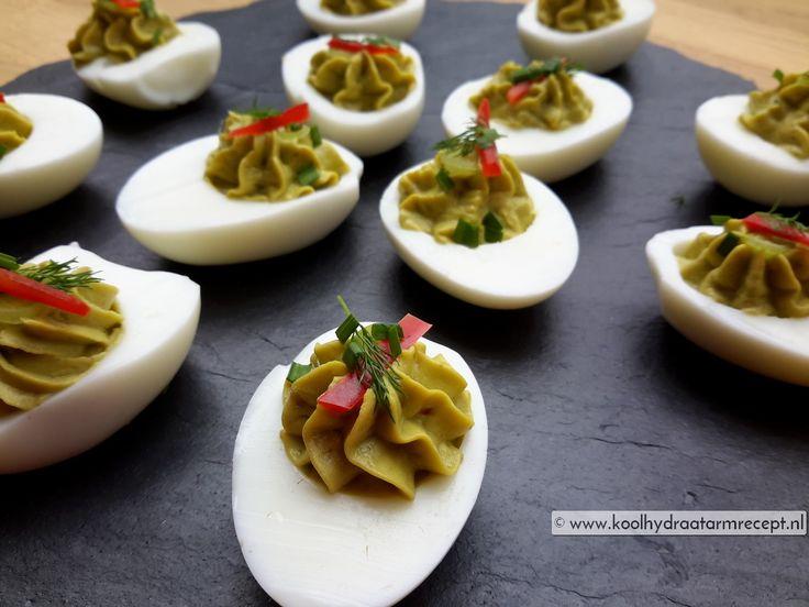 Deze prachtig gevulde avocado eieren zien er toch uit om op te eten? Avocado en ei, twee simpele ingrediënten die elkaars smaken wonderbaarlijk versterken.