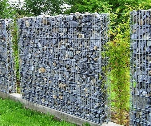 This looks like two fences that are tied together. A good alternative to a gabion wall if you need a narrow fence.