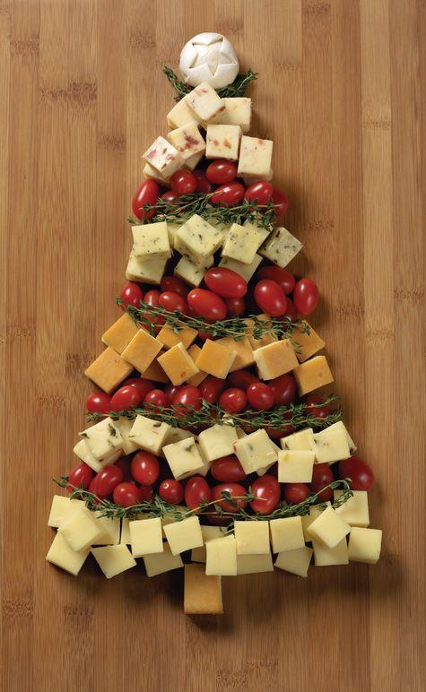Sapin de noël avec tomates cerises, fromage et thym