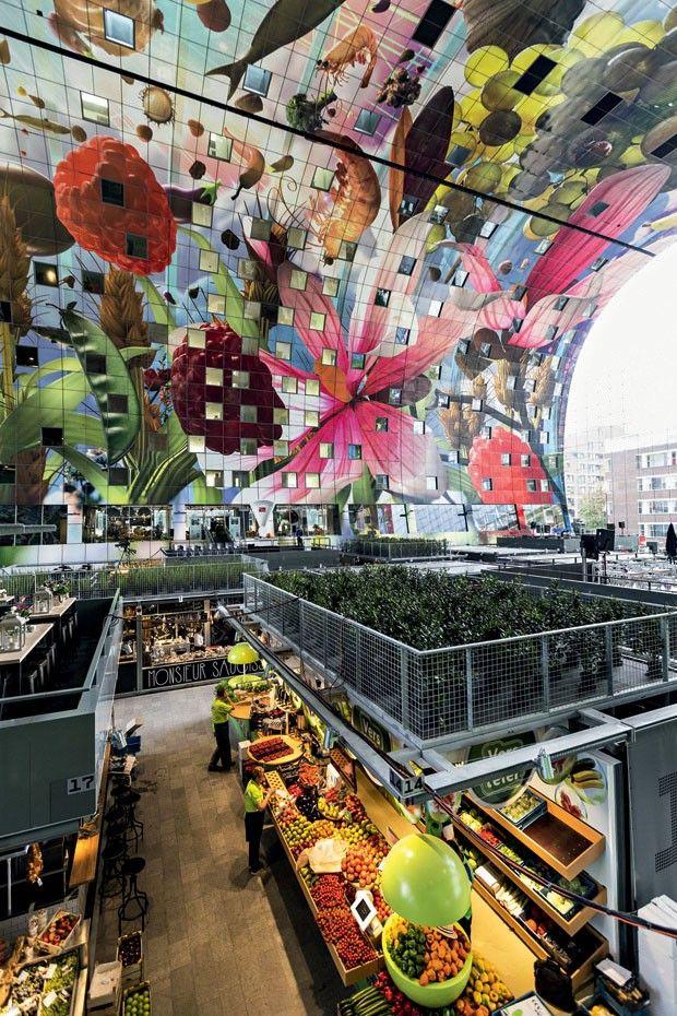 O complexo Markthal, projetado por MVRDV, que abriga um mercado, bares, restaurantes, lojas e residências