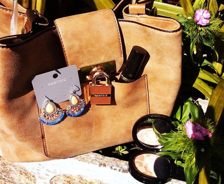 Para combinar com uma maquilhagem super natural e iluminada, deixo estas sugestões:  Handbag e brincos da Parfois Iluminador multicolor da FM Group #parfois #handbag #earings #iluminador #fmgroup
