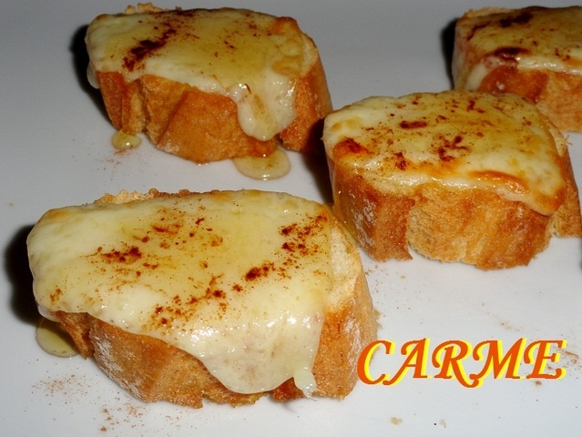 Tostas de queso gratinado, con canela y miel ver receta: http://www.mis-recetas.org/recetas/show/40364-tostas-de-queso-gratinado-con-canela-y-miel