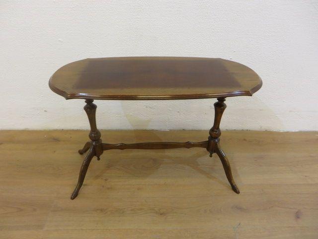 Queen Anne ovale salontafel. Breedte 35cm, lengte 70cm, hoogte 44cm. (606)  (voor planten?)