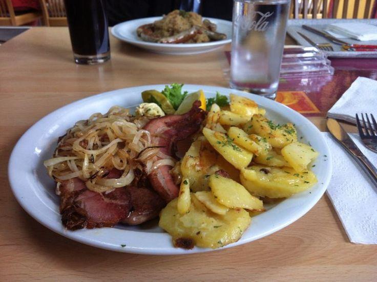 Dalla Germania: Holzfällersteak, Bratkartoffeln, Speck e Zwibeln. Piatto grasso ma buono