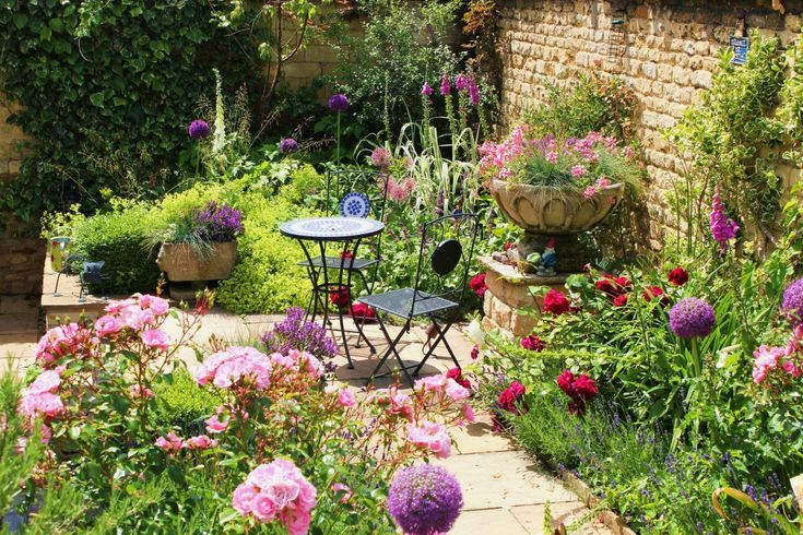 17 best ideas about small courtyard gardens on pinterest for Small walled garden ideas