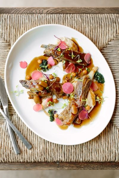 Gabriëlskloof launched its winter Sharing Sundays: 'Frans goes French on Sundays' 'Frans goes French on Sundays' from May to the end of August 2017 @ R300pp. Indulge in their Lamb rib served with humus and chick peas
