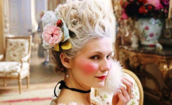 Radosna i pełna wdzięku, lubiła zabawy, hazard, wystawne przyjęcia, piękne wnętrza, stroje i wymyślne fryzury. Pierwsza celebrytka na świecie i pierwsza dyktatorka mody. Arcyksiężniczka austriacka i królowa Francji Maria Antonina w wieku 36 lat została brutalnie upokorzona przez lud Paryża i stracona na gilotynie. #książka #biografia