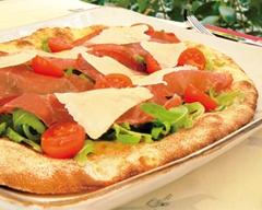 Pizza con Mozzarella di Bufala Campana DOP, Bresaola Fassona, Rucola, Pomodorini e Scaglie di Grana Padano