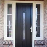 Donkere voordeur met lichte zijramen