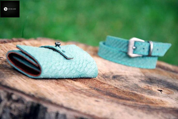 Portofel din piele naturala 15 -verde animal print relief -compact -captusit cu piele maro -accesorizat cu capsa si inchizatoare metalica nichel innegrit -dimensiuni l=5,5cm h=9,5cm g=1,5cm  PRET: 50 lei