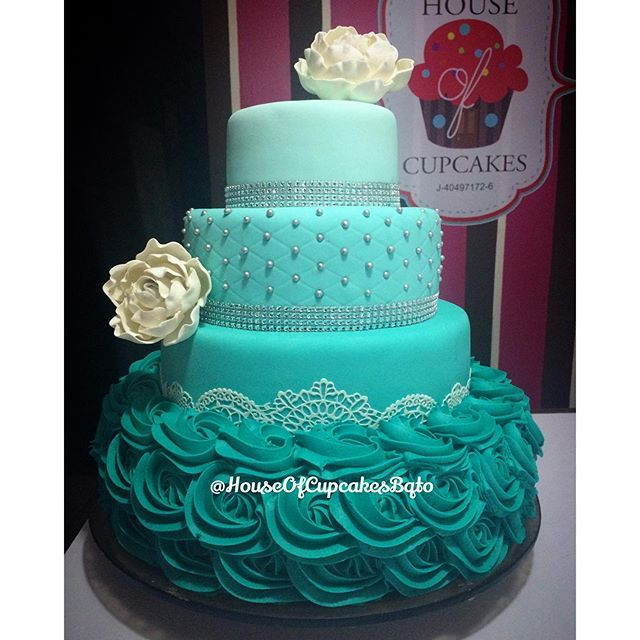 #mulpix Que les parece esta hermosa torta realizada para los 15 años de una princesa?   A nosotros nos encanto!   ____________________________________ ☎️ Para info de precios y disponibilidad favor comunicarse al 04245768679 vía **Whatsapp** o llamadas al 0251-4155183 en horarios de 10:30am a 6:30pm (de Martes a sábados) y los lunes de 2:00pm a 6:30pm, hacemos lo posible para responder lo antes posible. Agradecemos su paciencia  .  Nota:  Las torta deben pedirse con minimo 6 días d...