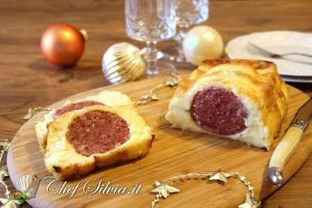 Il cotechino in crosta di purè è un secondo piatto ricco e saporito preparato con un gustoso cotechino avvolto in morbido purè di patate.