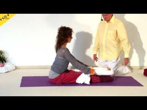 Yoga Anfängerkurs 10 Wochen - 2. Kurswoche Video 2B  Die zweite vollständige Praxis-Stunde des zehnwöchigen Yoga Vidya Anfängerkurses. Besonderer Schwerpunkt:Sonnengruß. Mit diesem Video kannst du täglich üben. Sukadev leitet dich in dieser 70-minütigen Yogastunde zu den Übungen an, die du in der zweiten Kursstunde gelernt hast.