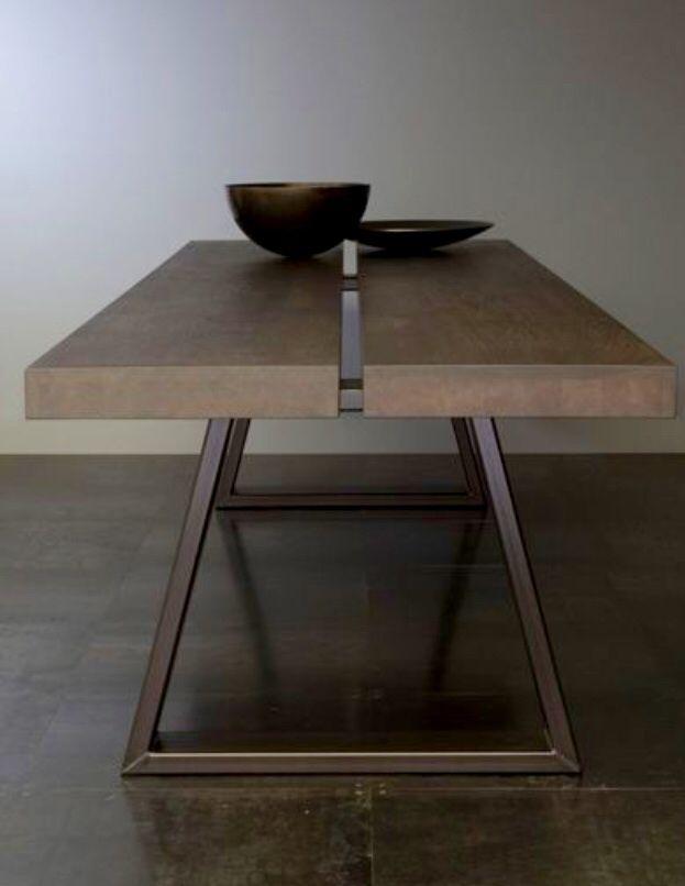 Design tafel met metalen onderstel