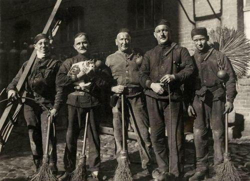 schoorsteenvegers met gevonden poes 1933 by janwillemsen on Flickr.
