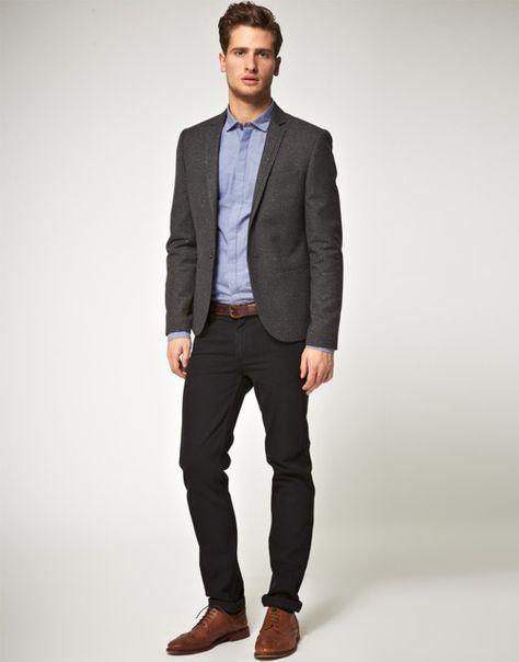 Vestido negro con zapatos marrones