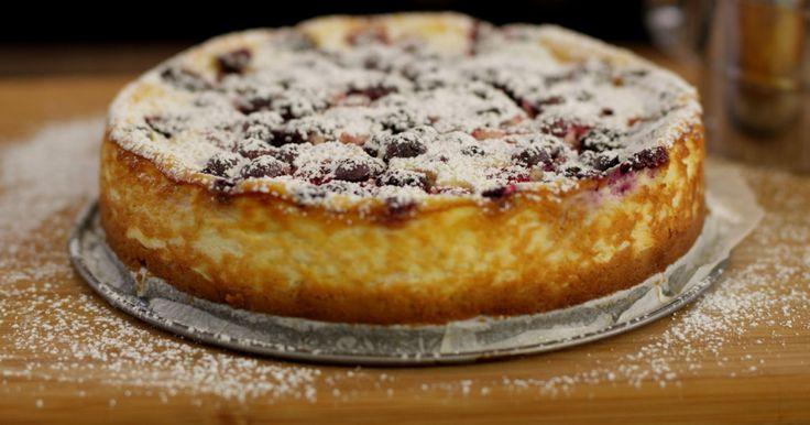 [video:622686]Deze bosvruchtentaart is één van de eerste taarten die Jeroen ooit heeft gebakken. Geen wonder dat ze eenvoudig is. De bodem bestaat uit petit beurrekoekjes, de vulling bevat veel verse kaas en het rode fruit zorgt voor frisheid. Laat de taart na het bakken goed afkoelen, zodat ze steviger wordt en klaar is om te versnijden.extra materiaal: