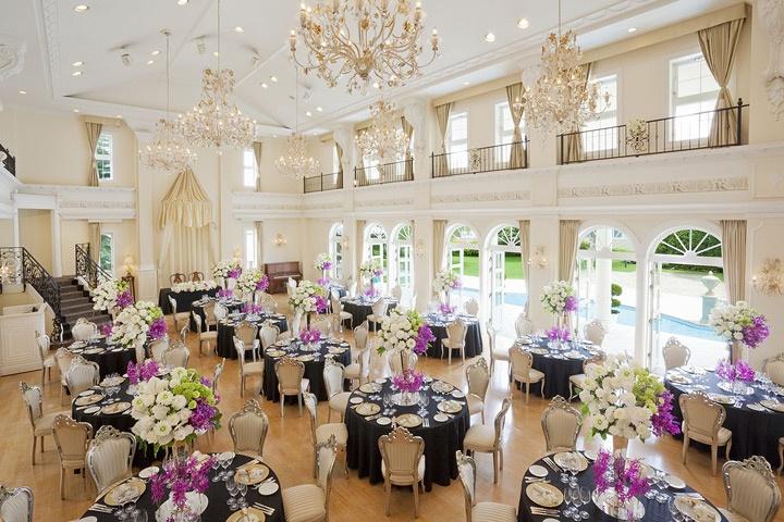 アートグレイス・ウェディングコースト 披露宴会場:ベネツィア140名まで着席可能。天井には、ベネツィアで特注したシャンデリアが光り輝く