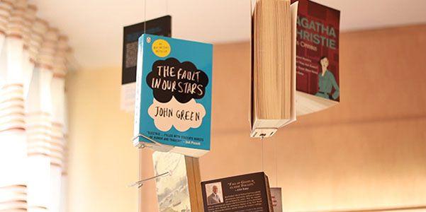 Si tratta di un ibrido tra l'idea dell'installazione artistica, puramente decorativa e che riprende anche le giostrine per bambini, e la libreria immaginata in maniera radicalmente diversa rispetto al classico scaffale. I vostri libri preferiti pendono dal soffito e sembrano volare.