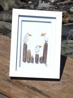 Wunderschöne Kunstwerke aus gefundenen Steinen, Meer-Glas und Drift-Wald an der Küste von Maine. Jedes Stück ist ein Unikat mit keine zwei gleichermaßen. Wenn Sie möchten, dass eine spezielle Nummer am Briefkasten (insgesamt 4) nur lassen Sie mich wissen für das ganz besondere Geschenk.  Jedes Stück ist in einem 5 x 7 white Shadow-Box-Rahmen. Legen Sie auf der Oberfläche oder an eine Wand gehängt werden kann. Genießen Sie