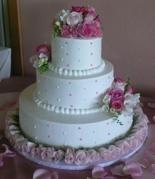 Bolo de casamento com 3 andares com arranjos florais