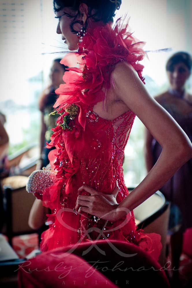 #red #flower #corsage #details #couture #feathers #petals #couture #gown by Rusly Tjohnardi Atelier   clutch by Heliopolis   photo by silas-photo.com