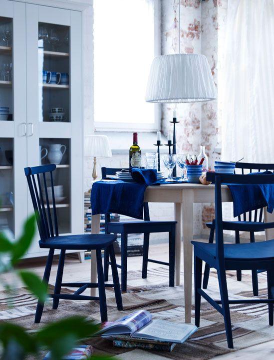 Norrgavels första runda matbord! Den traditionella formen har fina detaljer med benens raka utsida och den rundade bordskanten. Finns i björk eller ek.