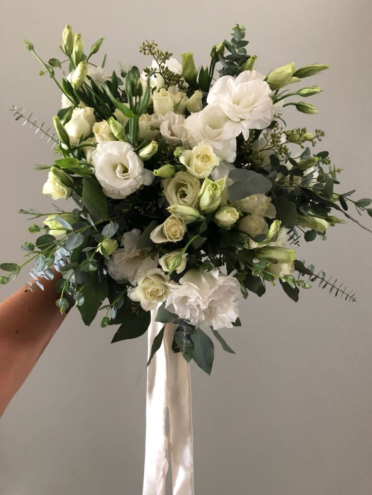 CBR493 messy greenery and white flowers bouquet/ ramo con follajes y flor blanca