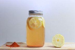 Getränk mit Kurkuma und Zitrone zum Abnehmen und für eine bessere Verdauung | bessergesundleben.de