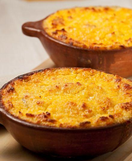 Pastel de Choclo  Nuestro delicioso pastel de choclo es preparado con pollo deshuesado, aceitunas, huevo y un rico pino en base a su receta tradicional.