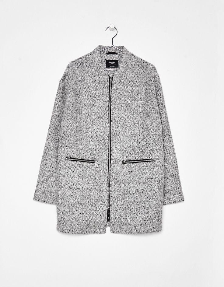 Wełniany płaszcz z suwakiem.  Odkryj to i wiele innych ubrań w Bershka w cotygodniowych nowościach