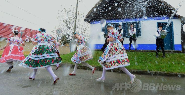 ハンガリー首都ブダペスト(Budapest)から約100キロ南方に位置するカロチャ(Kalocsa)村で、少年たちから水を浴びせられる少女たち(2014年4月17日撮影)。(c)AFP/ATTILA KISBENEDEK ▼19Apr2014AFP|水を浴びせられる少女たち、復活祭の伝統 ハンガリー http://www.afpbb.com/articles/-/3012922  #Kalocsa #Matyo #Easter #Husvet #Pascua #Paques #Ostern #Pasqua #Pasen #Paskalya #Pasko_ng_Pagkabuhay #Wielkanoc