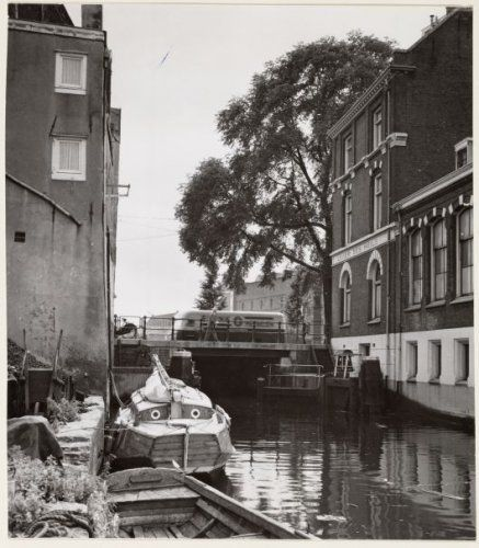 1950's. View of the Wittenburgervaart in Amsterdam. In the background the Oesjesduikerbrug. #amsterdam #1950 #Wittenburgervaart