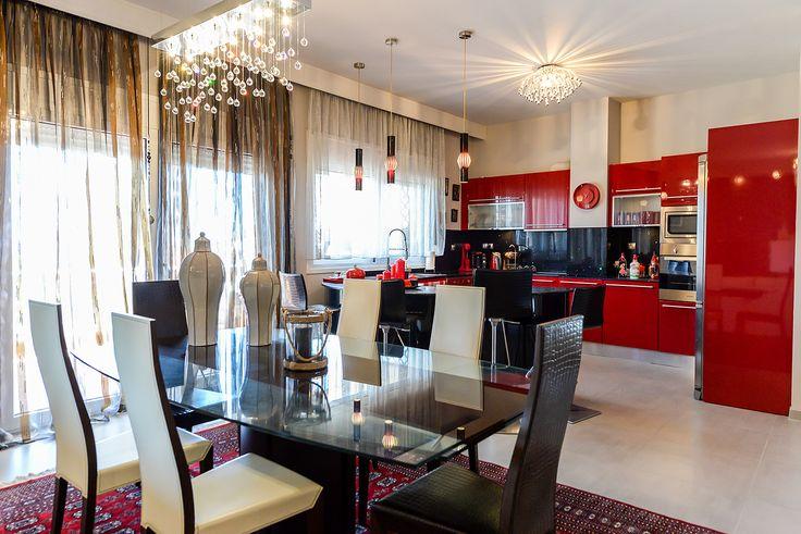 Minimal κόκκινη κουζίνα με γυάλινη τραπεζαρία #efimesitiko #realestate #alexandroupoli