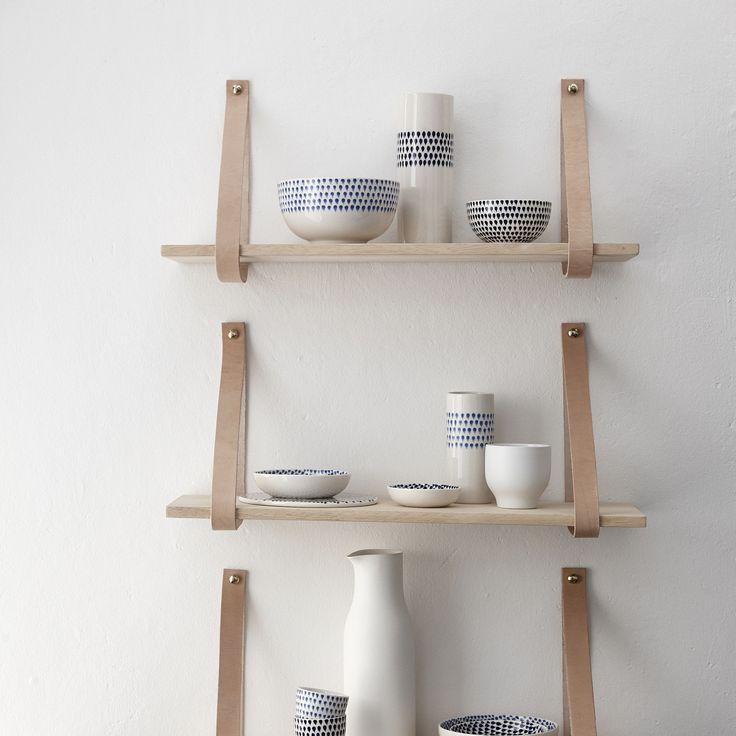 Elegante y funcional estanteria hecha con correas de cuero. Encuentra todos los complementos y muebles vintage de decoracion nordica aqui.