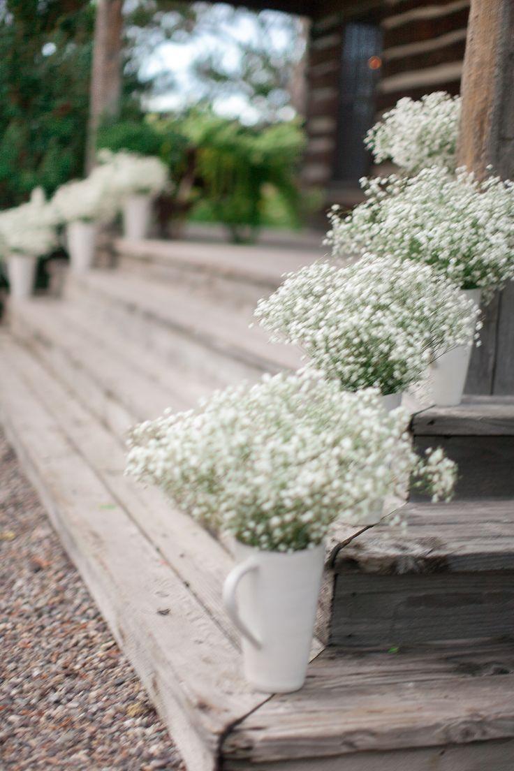 Nos encanta como luce la paniculata en estas jarras y en la esquina de las escaleras, ideal para #bodas ¿No os parece?