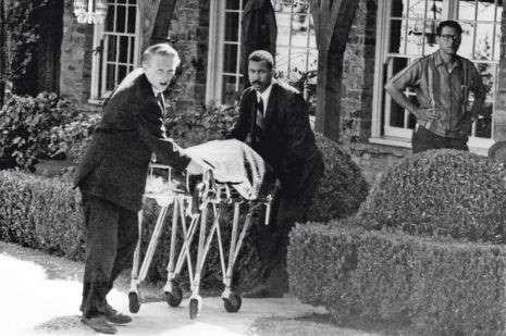 Le 9août 1969, le corps de Sharon Tate est évacué de la maison de Roman Polanski. Le massacre a fait cinq morts.