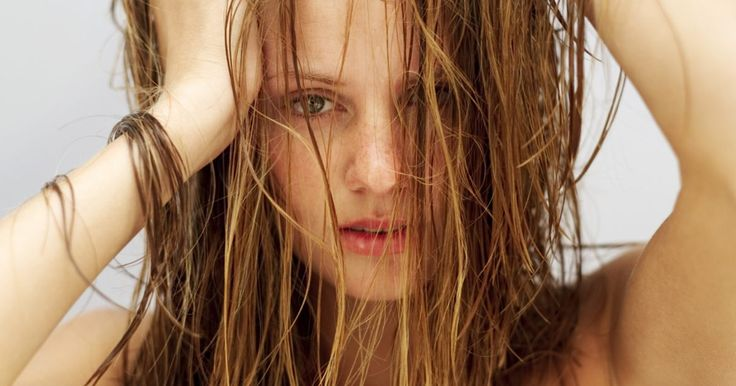 Como arrumar seu cabelo molhado à noite para que ele fique ótimo quando você acordar. Colocar a cabeça no travesseiro com o cabelo molhado pode, para algumas mulheres, significar uma surpresa não muito agradável ao acordar. Um cabelo desgrenhado pode ser evitado se você tomar algumas medidas antes de começar a dormir.