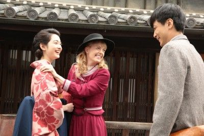 """I can get some inspirations from article about you and NHK Morning Drama Show """"Massan"""" :) What a cute smile Charlotte!  マッサンの妹・すみれ(早見・左)に初めて出会ったエリー(シャーロット・中央)と、二人にほほ笑むマッサン(玉山・右)"""