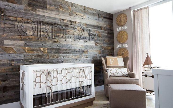 Потрясающая акцентная стена из повторно использованной древесины задают тон всему интерьеру этой детской. .