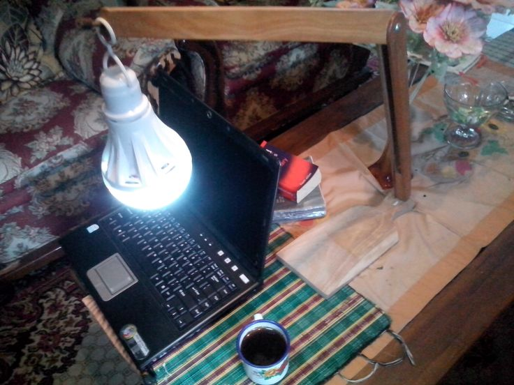 Lampu duduk yang menemaniku ketika berkencan dengan bacaan / ketikkan listrik. --DIY-- Bahan: • Jangka kayu (jangka kapur tulis) • Talenan kayu • Besi ± 4cm (sebesar baut) • Pensil warna • Lampu bohlam LED emergency