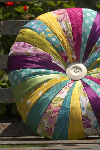Cojín Karamel - hecho con retazos de varias telas y centro de botón $379
