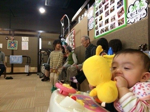誰も書いてくれる人がいないので、「赤ちゃんのいる老人介護デイサービスのすごいところ」を書いてみます。|ワタナベ・J・フォックス|note