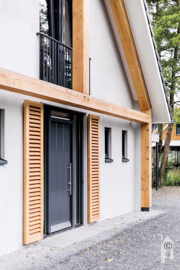 Schuurwoning van Woonsubliem. Horizontale houten zonwering. Franse balkons voor de slaapkamers.