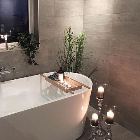 Det oser av god stemning på baderommet til  @ngs.funkis ✨ #scandinaviandesign #baderkar #baderom #bad #baderomsinspo  #cozyhome #bathroom #bathroominspo #inspire_me_home_decor #interior123 #inspirasjonsguidennorge #vikingbad 📷: @ngs.funkis