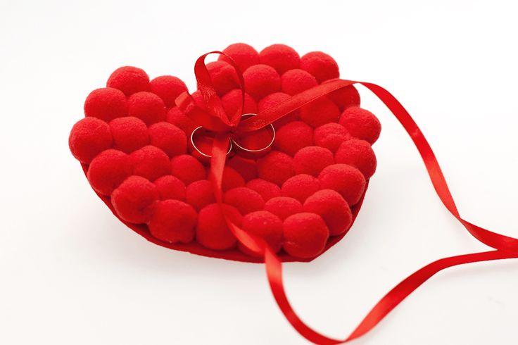 Tworząc alejkę Red Roses pomyśleliśmy, że odbiega charakterem i estetyką od pozostałych alejek. Dlatego dla odważnych Panien Młodych przygotowaliśmy serce na obrączki.